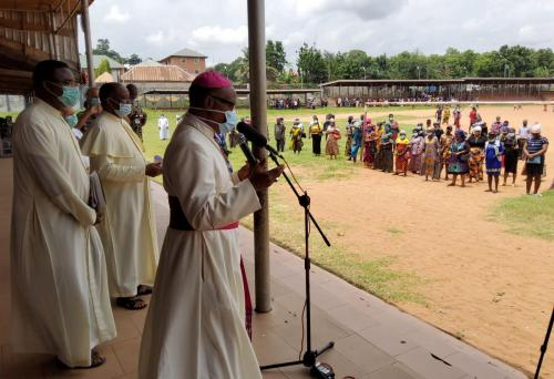 Archbishop during his giving of palliatives in cushioning the hunger effects of Coronavirus_1